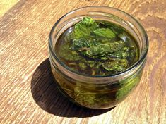 How to make peppermint oil using olive oil. All you need is fresh peppermint leaves, olive oil and a glass jar. Peppermint Plants, Peppermint Tea, Peppermint Patties, Pepermint Oil, Living Healthy With Chocolate, Menta Chocolate, Making Essential Oils, How To Make Oil, Immune System