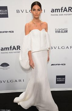 Best dressed @ 2014 amFAR New York gala | Lily Aldrige in a Rosie Assoulin white wavy silk strapless sweetheart bodice top over a matching trumpet-style hem long skirt
