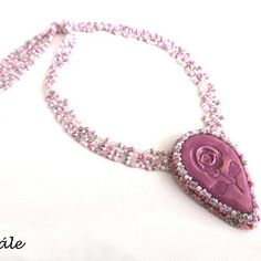 Jednoduchý, ale velmi efektní a romatický náhrdelník s romantickým kerašonkem z dílny Vevinka keramik. Základem přívěsku je kerašon, který je nalepený na filc a obšitý kvalitními japonskými korálky TOHO v bílé, růžové a šedé barvě. Jemný střed je zavěšený na šitých páscíh z korálkové směsy.  Délka náhrdelníku je cca 46 cm + 6 cm prodlužovací řetízek. Přívěsek je 5 cm vysoký a 3,5 cm široký. Bracelets, Jewelry, Fashion, Moda, Jewlery, Jewerly, Fashion Styles, Schmuck, Jewels