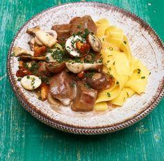 Waidmannsdank! Gibt es etwas Besseres als eine XXL-Portion frischer Pilze aus der Pfanne? Nur, wenn man sie in zartem Kalbsgulasch mit Nudeln serviert.
