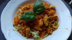 Zucchini- & Möhrenspaghetti mit einer roten Hähnchensoße Spaghetti, Tandoori Chicken, Zucchini, Meat, Ethnic Recipes, Food, Beef, Meal, Essen