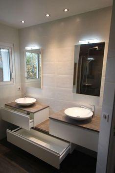 Salle de bains moderne aménagé avec un meuble double vasques en décalé et entre murs !