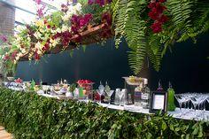 Decoração casamento - Bar com muitas orquídeas e folhagem ( Foto: Flávia Vitória )