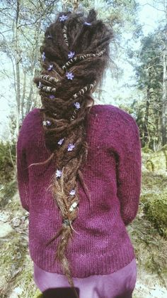 Love that hair & cardi Dreadlocks Girl, Wool Dreads, Locs, Blonde Dreads, Dreadlock Styles, Dreads Styles, Dread Accessories, Natural Dreads, Flower Braids