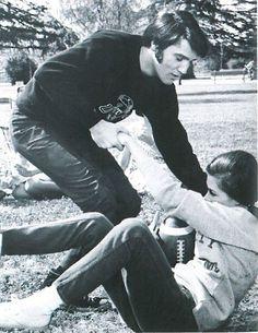 Elvis and Mary Tyler Moore in a scene from 'Change of Habit' 1969 Elvis Presley Movies, Elvis Presley Family, Elvis Presley Photos, Change Of Habit, Elvis Cd, Elvis Collectors, Lisa, Mary Tyler Moore, Monochrome