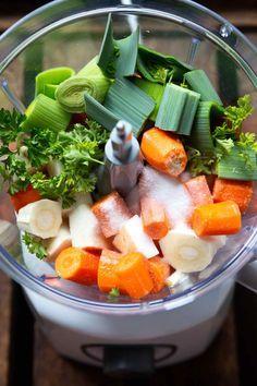 Gemüsebrühe selber machen - So geht's super einfach - Kochkarussell Prepare caldo de verduras usted mismo: es muy fácil: cocinar carrusel Healthy Dinner Recipes, Healthy Snacks, Breakfast Recipes, Healthy Soup, Soup Recipes, Easy Cooking, Cooking Tips, Clean Dinners, Clean Eating Dinner