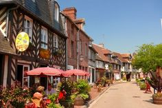 ブーヴロン村は、フランスのノルマンディー、オージュ地方にある小さな小さな村です。