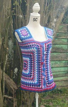 Granny débardeur femme multicolore crocheté a a main , laine bergère de France, arabesque central et petites fleurs : T-Shirt, debardeurs par sandrine-campana