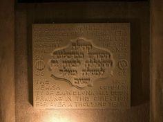 Sinagoga Mayor de Barcelona. Mural en piedra que recuerda la dirección en que los judíos han orado durante más de dos mil años (siempre se ora en dirección a Jerusalén y podemos ver la equivalencia entre el año cristiano 2006 y el año judío 5766). Copyright Sinagoga Mayor de Barcelona/Anna Serrano #Sefarad #Sternalia