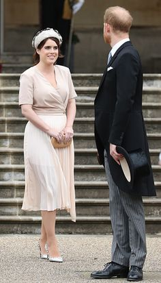 Beatrice's younger sister Eugenie was equally elegant in a nude midi dress by Sandro which featured a cross-over top and pleated skirt. She teamed the dress with an on-trend Alice band, Valentino pumps and a nude box clutch. Princess Eugenie And Beatrice, Princess Charlene, Crown Princess Mary, Royal Look, Royal Style, Beige Pencil Skirt, Royal Family Pictures, Eugenie Of York, Prinz Harry