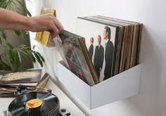 """Parcourez vos albums comme chez le disquaire ! Étagère de rangement pour vinyles """"TEEnyle"""". Rangement discret et pratique pour mettre en valeur vos vinyles. Dimensions de l'étagère : 25 cm de profondeur, 15 cm d'hauteur, 32 cm de longueur, poids 3,5 kg. #vinyle #record #LP #records #storage #vintage #shelves #rangement pour vinyles #étagère #design #minimalist"""