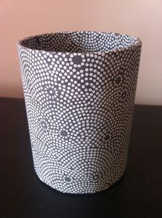 fr_grand_pot_a_crayons_en_papier_mache_decor_papiers_washi_pointilles_noirs_et_blancs_