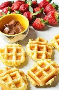 Puff Pastry Waffle Shells with Nutella and Fruit. Substitute Nutella for Rawtella. Easy Puff Pastry Recipe, Puff Pastry Desserts, Frozen Puff Pastry, Köstliche Desserts, Delicious Desserts, Yummy Food, Little Lunch, Pastry Shells, Mets