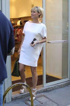 Bellissima e sorridentissima Michelle Hunziker mentre fa shopping con il pancione!
