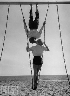 liquidnight: Allan Grant Swingers Acrobat and actor, Russ Tamblyn on the beach with movie actress Venetia Stevenson. Venice Beach, California, August 1955 [From the LIFE magazine Photo Archive] Joanne Woodward, Vintage Love, Vintage Photos, Vintage Kiss, Vintage Romance, Russ Tamblyn, The Kiss, Photo Couple, Paul Newman