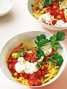 Italienisch-arabische Fusion-Küche: Der Tomatensugo wird mit Kreuzkümmel und Sesam verfeinert, Kichererbsen sorgen für sättigendes Eiweiß. Zum Rezept: Nudeln mit Kichererbsen und Koriander