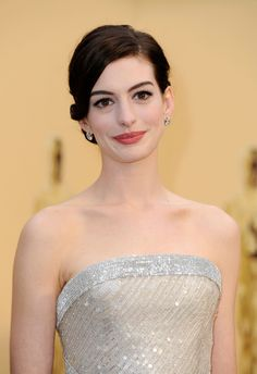 Actress Anne Hathaway arrives at the Annual Academy Awards held at Kodak Theatre on February 2009 in Los Angeles, California. Actriz Anne Hathaway, Anne Hathaway Body, Anne Hathaway Makeup, Anne Hathaway Style, Hollywood Celebrities, Hollywood Actresses, Anne Jacqueline Hathaway, Anne Hattaway, Anne Hathaway Photos