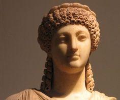 Nero is een aantal keren getrouwd. Eerst, op aandringen van zijn moeder, met zijn stiefzus Claudia Octavia. Na een tijdje scheidde hij echter van haar, waarna hij haar terecht stelde en met Sabina Poppaea trouwde, je kunt haar op het plaatje zien. Toen zij zwanger was van hun tweede kind stierf ze. Een jaar later trouwde Nero met Statilia Messalina.