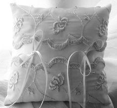 Encantadora almofadinha porta alianças, em organza azul claríssimo, bordada com fios de prata e pedrinhas de cristal, centro branco em organza cristal. Com suporte para a mão da daminha na parte posterior.