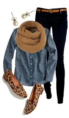 Camisa vaquera con skinny jeans negros y zapatos con estampado animal...