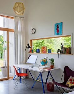 In the spare bedroom, a white door was converted into a desk. Source: http://www.nytimes.com/slideshow/2013/06/06/greathomesanddestinations/20130606-LOCATION.html?ref=greathomesanddestinations#16