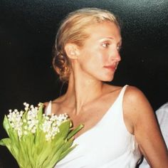Carolyn on her wedding day, carrying lily of the valley. Gown by Carolyn on her wedding day, carrying lily of the valley. Caroline Bessette Kennedy, Estilo Jackie Kennedy, Les Kennedy, John Kennedy Jr, Jfk Jr, Carolyn Bessette Wedding, Hair Up Or Down, Wedding Flower Inspiration, Lily Of The Valley