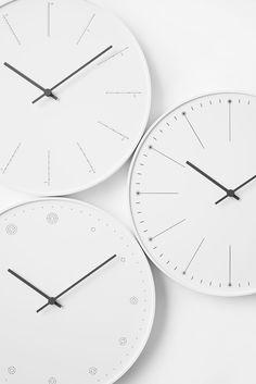 上からdivide、dandelion、molecule時計を中心としたライフスタイルアイテムを製造する日本のデザインメーカー、タカタレムノスが、世界から常に注目を浴びるnendoとコラボレート。新たに2種類の掛け時計を発売中だ。2014年の発売以来好評の、タンポポの綿毛がモチーフになった「dandelion(ダンデライオン)」に加え、この度ラインナップに加わったのは、ひとつの直線を分割する数によって時刻を伝える「divide(ディバイド)」と、電子配置をモチーフに、電子の数で時刻を伝える「molecule(モレキュール)」の2つ。いずれも、数字ではない尺度を用いて時間を感覚的に教えてくれる、ユニークな時計となっている。ごくシンプルなデザインながら、nendoらしさが大きな魅力。ギフトにも最適だ。どんな部屋にもしっくりきそうなカラーリングも魅力。各 ¥5,000