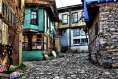 Osmanlı köyü Cumalıkazık: Bursa`ya 2 km. uzaklıktakı Cumalıkazık, Orhangazi`nin Bursa`ya girmeden önce yaptırdığı köylerden biri. Osmanlı mimarisinin en güzel örneklerinin verildiği evlerden oluşan köye giderseniz, dar sokaklardan akan sular sizi karşılayacak