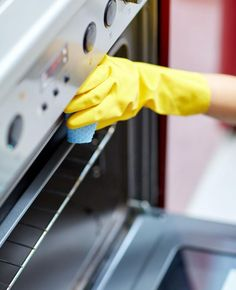 Tired of dirty oven racks? Check out this easy no-scrub trick for cleaning oven racks. You can clean oven racks without a bunch of scrubbing. Deep Cleaning Tips, House Cleaning Tips, Cleaning Solutions, Spring Cleaning, Cleaning Hacks, Kitchen Cleaning, Easy Oven Cleaning, Kitchen Hacks, Cleaning Crew
