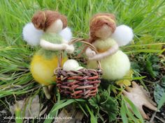 Two needle felt fairies holding a chest full of tiny easter eggs. Due fatine con un canestrino pieno di uova di pasqua, feltro ad ago.