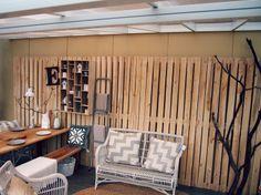 Delen met hout bv deel muurbedekking of een terrasplanken in hele breedte maakt je tuin breder en geeft rust en warmte. Let op welk hout ivm onderhoud en uitstraling en kosten.