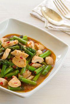 """""""Salteado de espárragos con pollo"""", una receta de ésta rica verdura de temporada. Se trata de un plato muy fácil de preparar, ideal para animarse a probar la cocina asiática en casa. #CocinaTailandesa #CocinaAsiática #thaifood"""