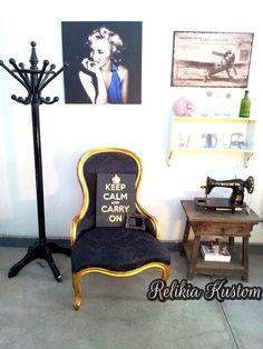 Poltrona restaurada em folha de ouro e feito tapeçaria em tecido adamascado pela Relikia Kustom!!!  quadro sob encomenda... também feito por nós ;)