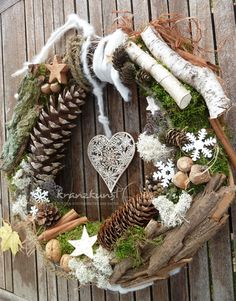 Use natural materials to make one of these 8 models of Christmas wreaths. - Decoration - Tips and Crafts Use natural materials to make one of these 8 models of Christmas wreaths. - Decoration - Tips and Crafts Rustic Christmas, Winter Christmas, Christmas Time, Holiday Wreaths, Christmas Decorations, Christmas Ornaments, Diy Wreath, Door Wreaths, Advent Wreath