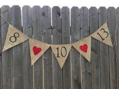 **5 bandeirolas pintadas à mão** Confeccionada em juta, sendo os corações com aplique em glitter No modelo da foto foi utilizada a data do casamento com corações. Cada bandeirola tem 13 cm de comprimento x 15 cm de altura Consulte-nos para personalização. R$ 40,00