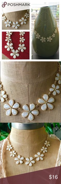 ✨NEW✨White & Gold Daisy Crystal Necklace Beautiful and classy Faceted White Daisy and Crystal Necklace. So cute with summer dresses or peasant tops. Pair off with jeans and a pair of white Keds and your set for a fun day out. Adjustable necklace. Jewelry Necklaces