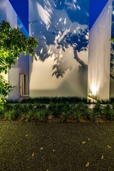 New exterior facade lighting landscaping 57 Ideas Outdoor Party Lighting, Outdoor Lighting Landscape, Landscape Lighting Design, Backyard Lighting, Facade Lighting, Tree Lighting, Exterior Lighting, Cool Lighting, Lighting Ideas