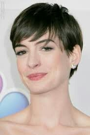 Anne Hathaway Short Pixie Hairstyles for Round Faces Hairstyles For Round Faces, Pixie Hairstyles, Pixie Styles, Short Hair Styles, Anne Hathaway Haircut, Side Swept Bangs, Golden Globe Award, Golden Globes, Beverly Hilton
