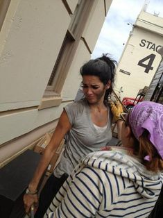 "Behind the scenes of Rizzoli & Isles | Angie Harmon getting ""dirt"" put on her face"