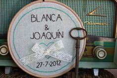 Idea para bodas: bastidores porta alianzas personalizados