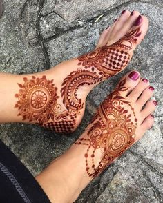 Trending mehendi designs for Indian brides | Bridal Mehndi inspiration | Mehndi designs for feet | Minimal mehndi designs | Bridal henna | Henna designs for feet | Henna tattoos on feet | Mandala designs | Image source: Sumara Choudhry | Every Indian bride's Fav. Wedding E-magazine to read. Here for any marriage advice you need | www.wittyvows.com shares things no one tells brides, covers real weddings, ideas, inspirations, design trends and the right vendors, candid photographers etc.