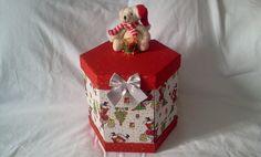 Caixa porta-panetone em cartonagem forrada com tecido 100% algodão.    Decorada com apliques de natal conforme disponibilidade no mercado.    Encante com esse presente fofo e diferente!!! R$ 65,00