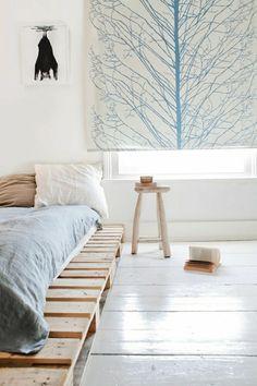 Самодельная кровать в спальне пастельных тонов