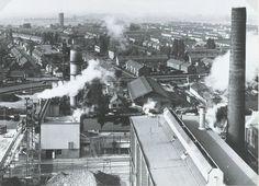 Overzicht van de suikerfabriek en de stad. Op de achtergrond