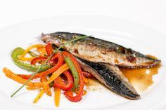 Filete de cavala no forno, acompanhado com arroz e legumes salteados | Receitas | Chefs' Academy | RTP