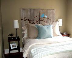 Cabeceira de cama com madeira de demolição pintada.