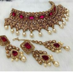Uploaded by Find images and videos on We Heart It - the app to get lost in what you love. Indian Bridal Jewelry Sets, Bridal Bangles, Wedding Jewelry Sets, Antique Jewellery Designs, Fancy Jewellery, Stylish Jewelry, Jewelry Trends, Pakistani Jewelry, Videos