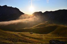El amanecer desde el Refugio de Áliva a 1700 metros bajo la mirada de Peña Vieja. . . #picosdeeuropa #cantabriainfinita #cantabria