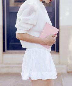 Sweat blanc conceptuel + pochette rose minimaliste = un duo néo-girly particulièrement réussi