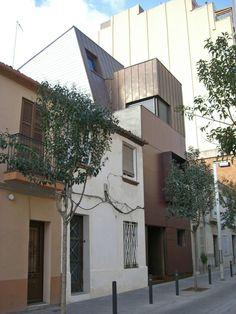 Vivienda unifamiliar con cubierta y fachada de cobre en el casco antiguo de Barcelona | Ferran Solé i Sala. #arquitecturacobre